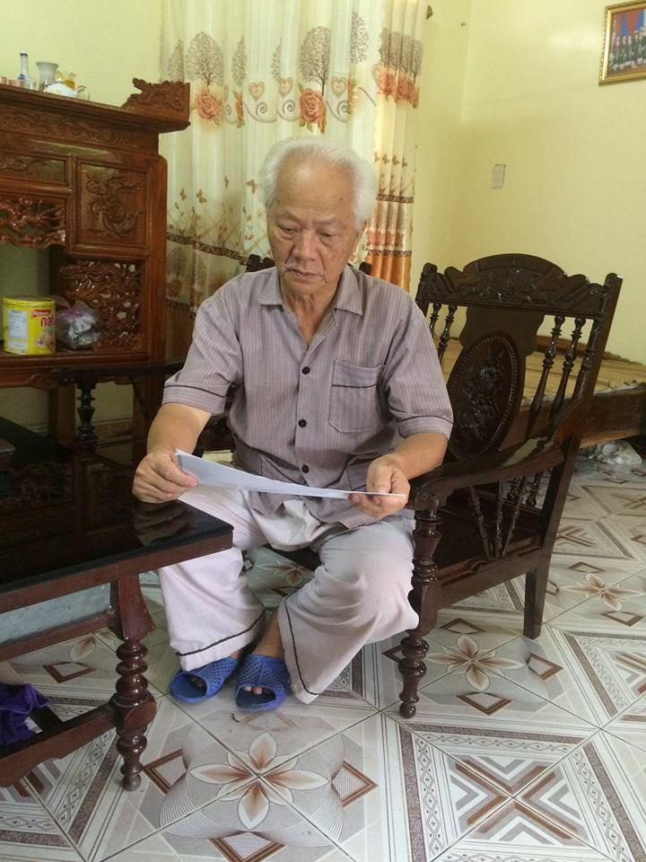 Nghệ nhân Diệp Minh Tài đang đọc bản thảo - Nghệ nhân Diệp Minh Tài – Người giữ ngọn lửa Soọng cô