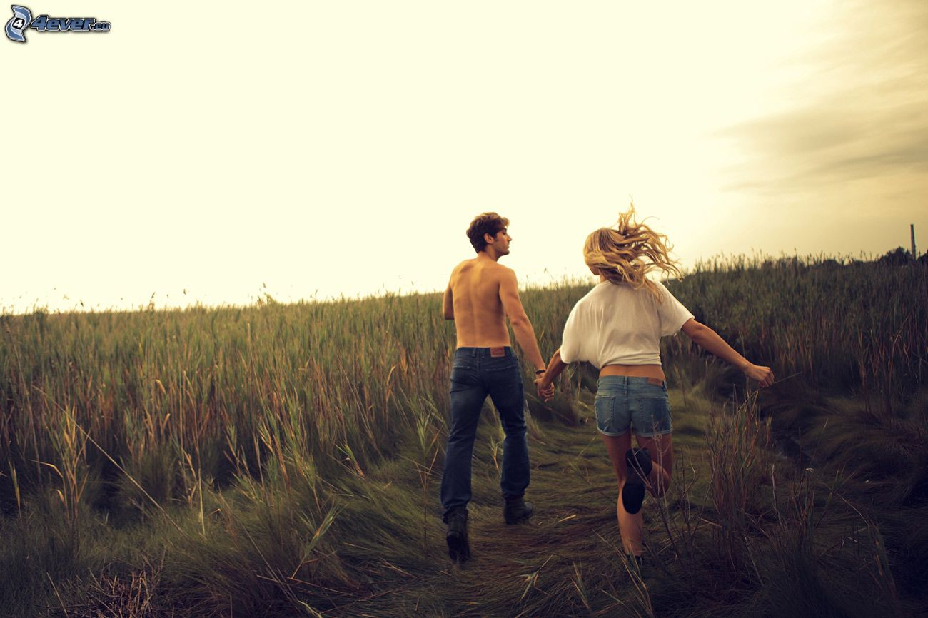 couple on field 154479 - Con gái yêu một người bằng tuổi là chấp nhận thiệt thòi...