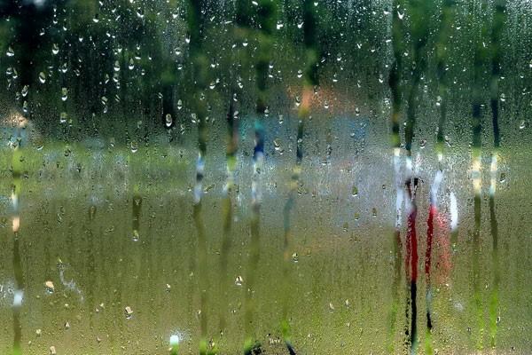 18 - Ngồi khóc dưới mưa...