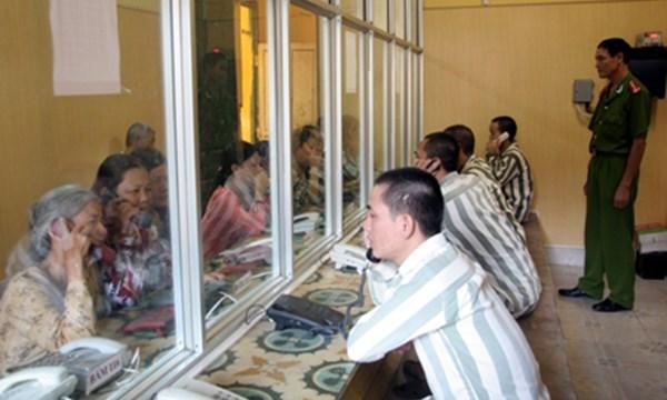 Pham nhan duoc an com rieng voi nguoi nha gui tien cho nguoi than pham nhan 1521963558 105 width600height360 - Sóng gió! - Phần 1