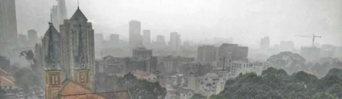 Sài Gòn chiều mưa.! – Tản văn Nguyễn Hòa Bình