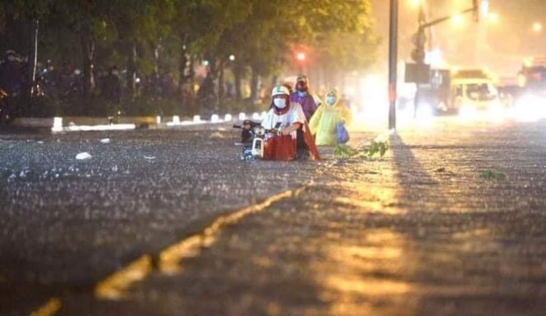 z2029068772177 46e0b382c47d78d55194a89a9e4b708e - Sài Gòn chiều mưa.! - Tản văn Nguyễn Hòa Bình